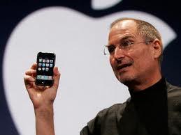 Steve Jobbs alla presentazione del primo iPhone
